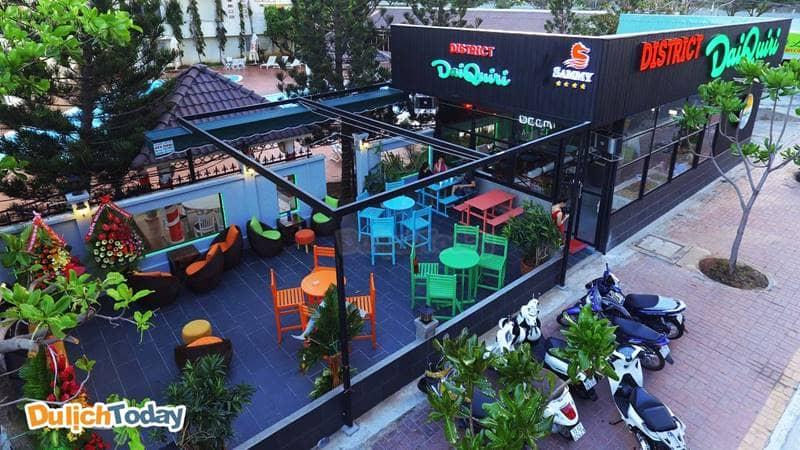 Không gian rộng lớn cả bên trong và bên ngoài tại quán bar District Daiquiri