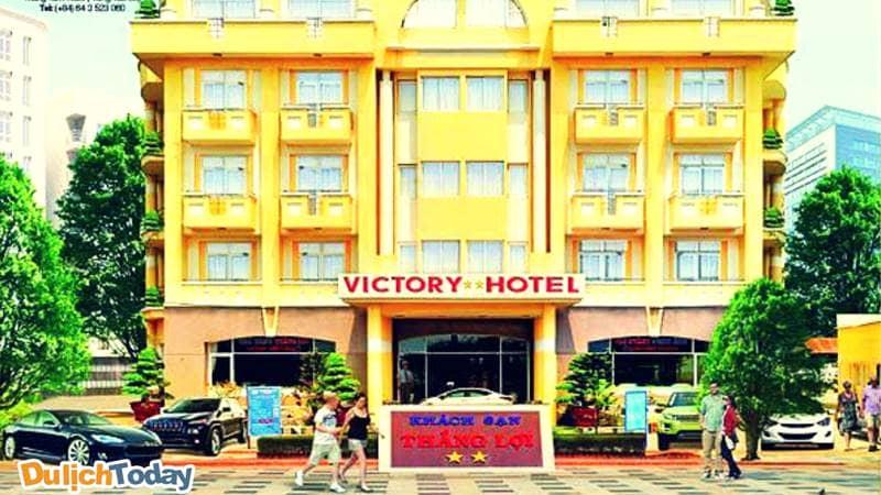 Khách sạn Victory nhìn từ bên ngoài với kiến trúc đơn giản quen thuộc