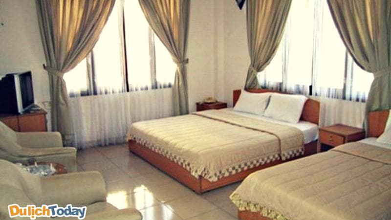 Phòng ngủ với nhiều cửa sổ mang lại không gian thoáng đãng, sạch sẽ cho du khách