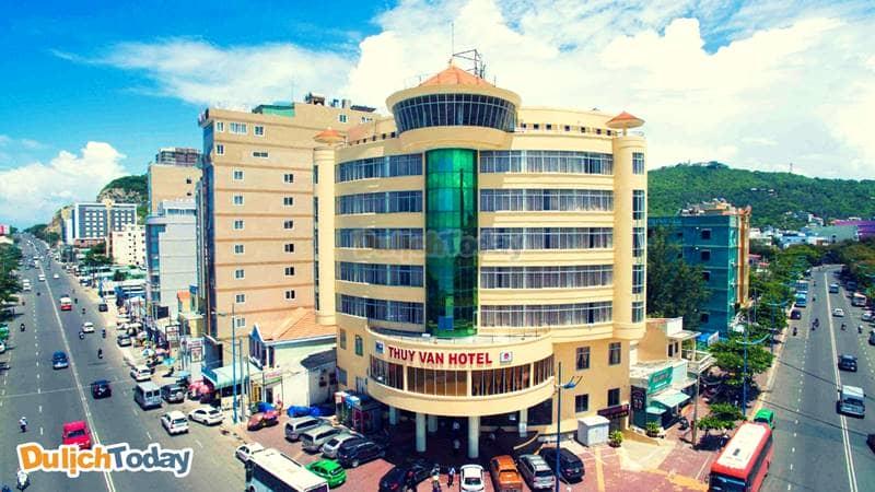 Khách sạn Thùy Vân có vị trí vô cùng đắc địa nằm ngay ngã tư trên con đường cùng tên và gần với trung tâm bãi Sau