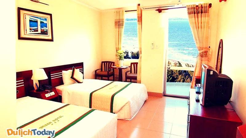 Phòng ngủ có view hướng biển vô cùng tuyệt đẹp tại Green hotel