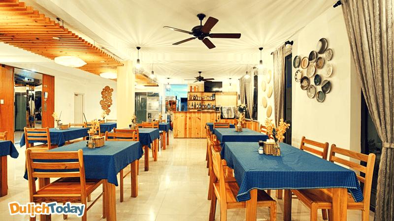 Nhà hàng trong Sao Mai Boutique đơn giản, khá sạch sẽ và tinh tế