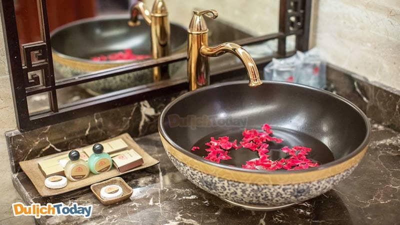 Phòng tắm với lối thiết kế và trang trí theo phong cách Á Đông đem lại cảm giác dễ chịu thư giãn cho du khách