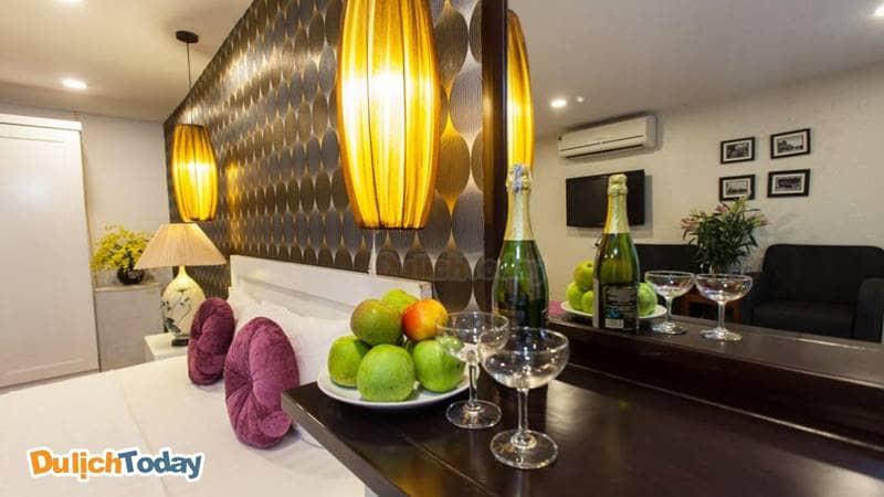 Phục vụ đồ uống và hoa quả tại phòng 24/24 ở Hanoi Luxury Hotel