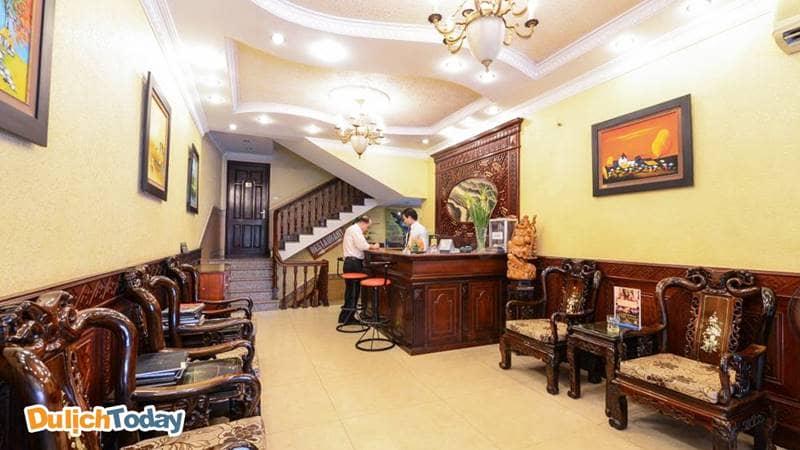 Khách làm thủ tục check-in tại Little Diamond Hotel Hanoi