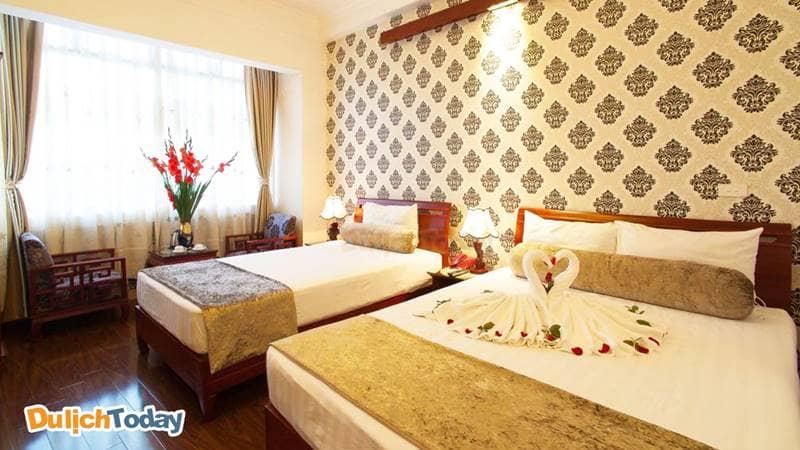 Phòng gia đình gồm một giường đôi lớn và một giường đơn tại Luxury Hotel
