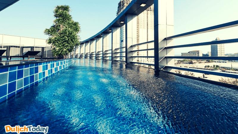 Hồ bơi chân mây đem đến không gian thư thái cho du khách ở tầng thượng của khách sạn