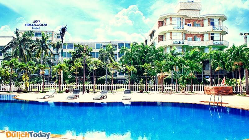 Toàn cảnh khách sạn New Wave với bể bơi xanh ngát trong khuôn viên