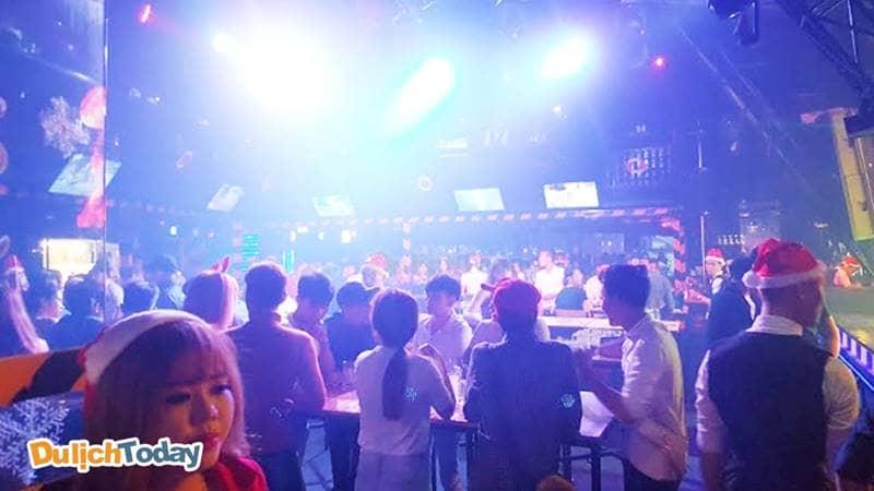 Các bạn trẻ đến quán thưởng thức đồ uống và âm nhạc rất đông
