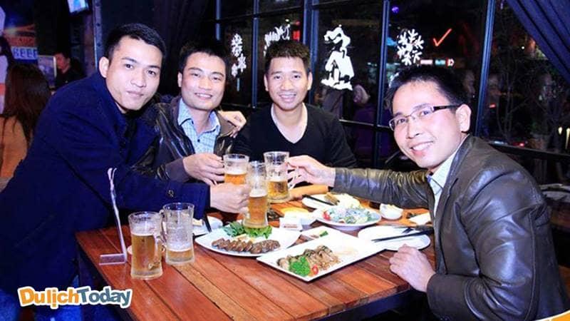 Khách hàng đến quán rất thích uống bia và thưởng thức đồ ăn tại Vuvuzala Beer Club