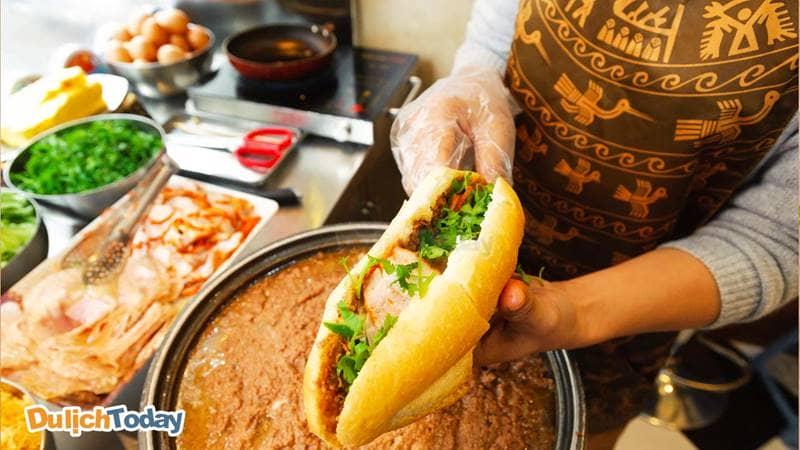 Khách hàng thoải mái lựa chọn nhân bánh mì phù hợp với khẩu vị cá nhân