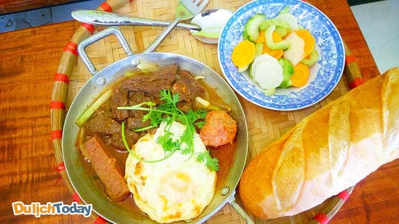 Bánh mì chảo xíu mại một món ăn sáng đáng để thưởng thức khi đến Vũng Tàu