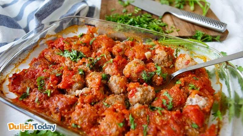 Thịt viên được sốt cùng cà chua để làm xíu mại