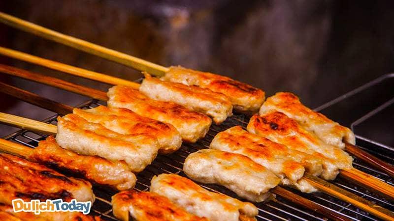 Nem nướng là thức ăn vặt Nha Trang được nhiều người ưa thích
