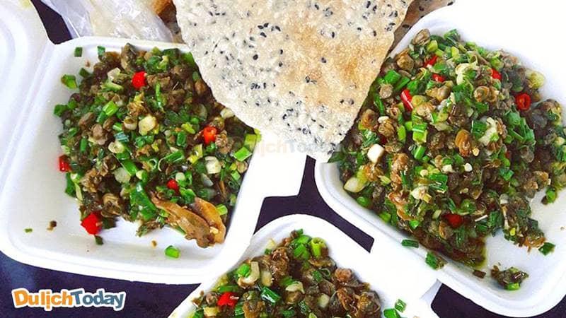 Hến xào bánh tráng - món ăn vặt Nha Trang ngon mắt lạ miệng