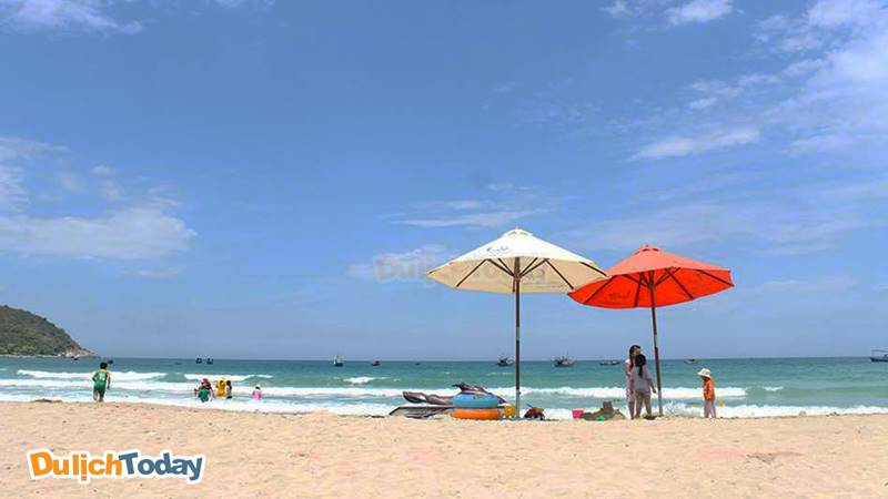 Biển bãi Dài trong xanh, sạch, thích hợp để tắm biển