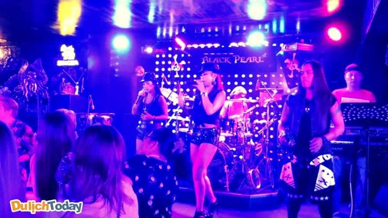Black Pearl luôn có các ban nhạc đến hát mỗi tối