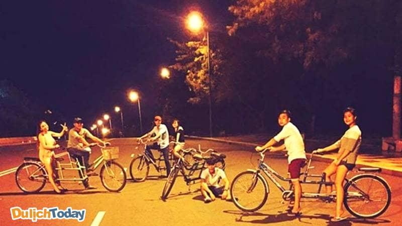 Trải nghiệm đi xe đạp đôi bãi Sau buổi tối trên đường Thùy Vân