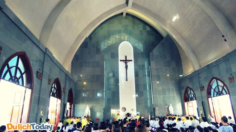 Một buổi lễ tại nhà thờ Gioan Baotixita với rất đông các giáo dân tại bãi Sau đến tham gia