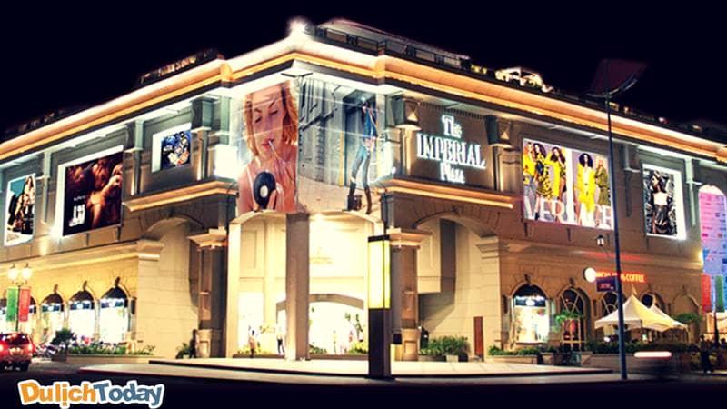Tại The Imperial Plaza bạn có thể thỏa thích mua sắm với đủ các thương hiệu nổi tiếng, xa hoa nhất