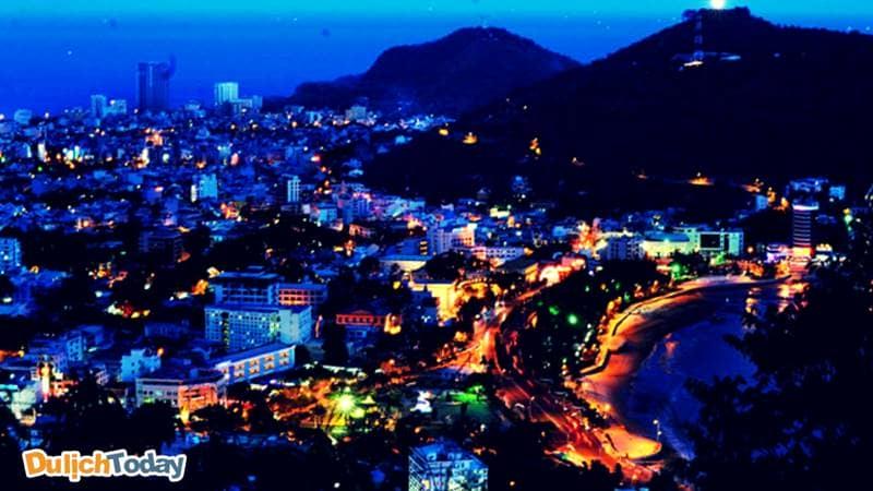 Toàn cảnh bãi Sau và thành phố Vũng Tàu về đêm lấp lánh mờ ảo, ngỡ nhộn nhịp mà lại yên bình.
