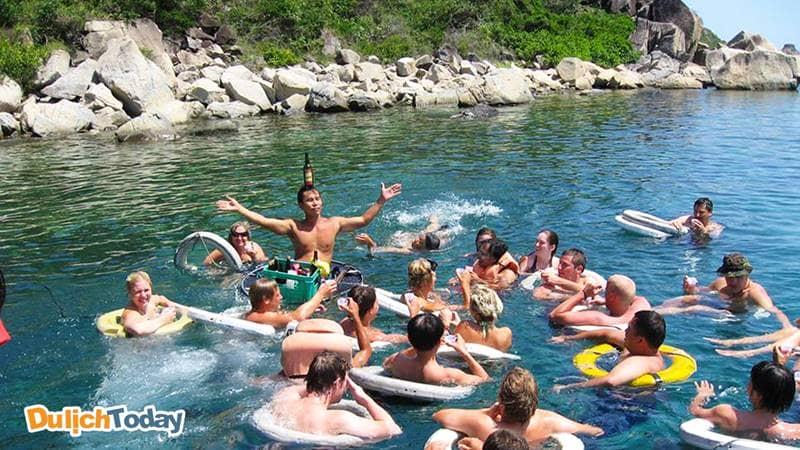 Tiệc Bar nổi dành cho du khách tham gia tour 4 đảo Nha Trang