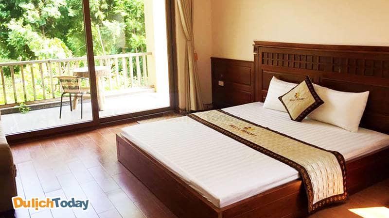 Phòng ngủ tiêu chuẩn tại Bella Resort - có ban công rộng rãi, view hướng ra vườn và hồ điều hòa thoáng mát