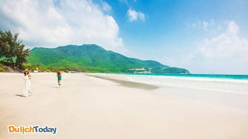 Bãi Dài Nha Trang nằm trong Top 4 bãi tắm đẹp nhất vịnh Cam Ranh với bãi cát trắng, nước biển trong xanh