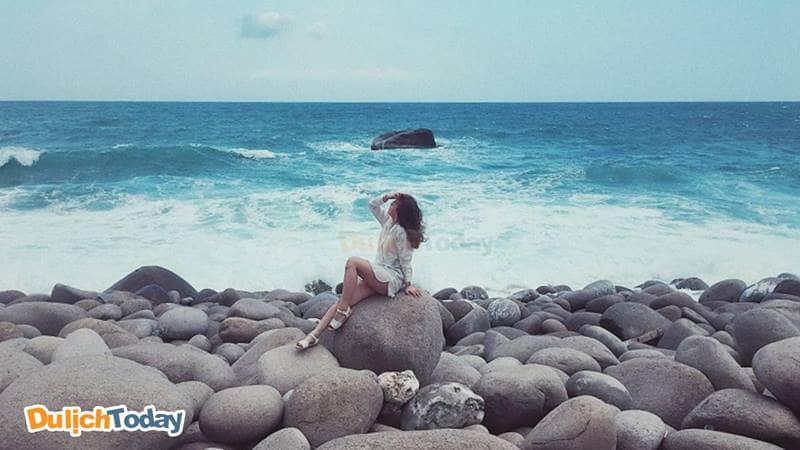 Bãi đá trứng đảo Bình Hưng là nơi checkin cho bạn những tấm ảnh độc đáo