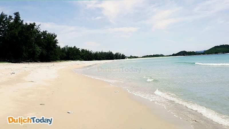 Bãi biển Bình Tiên hoang sơ, sạch đẹp và êm đềm
