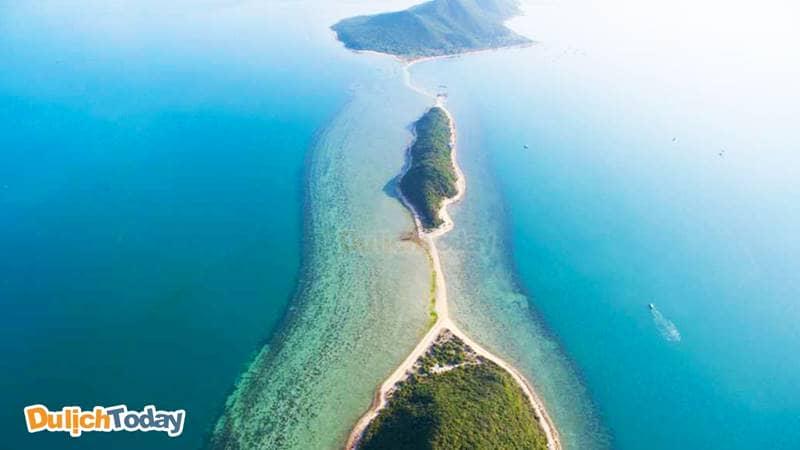 Đảo Điệp Sơn là cụm 3 đảo nhỏ được nối liền bởi con đường trên biển, mang đến cảnh quan độc nhất vô vị