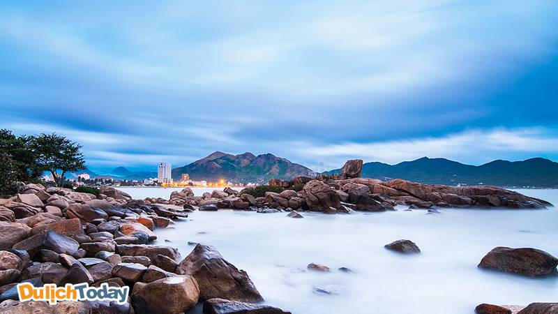 Hòn Chồng nằm cách trung tâm thành phố 3km, là những khối đá tự nhiên xếp chồng lên nhau từ bờ xuống biển