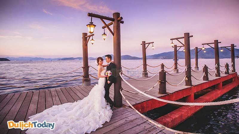 Cầu gỗ hòn Tằm là địa điểm chụp ảnh cưới và check-in sống ảo rất được yêu thíchh