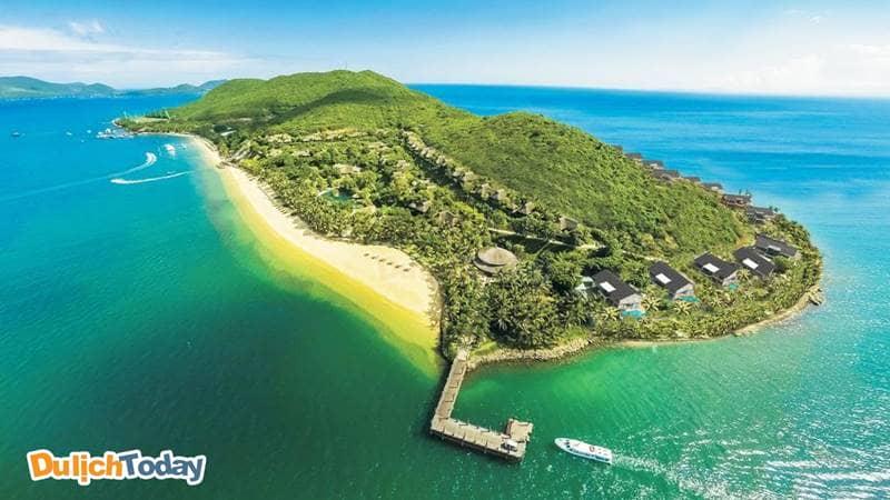 Hòn Tằm nằm trong Top 5 hòn đảo đẹp nhất Nha Trang, nhìn từ xa đảo có hình dáng như con tằm đang nhả tơ
