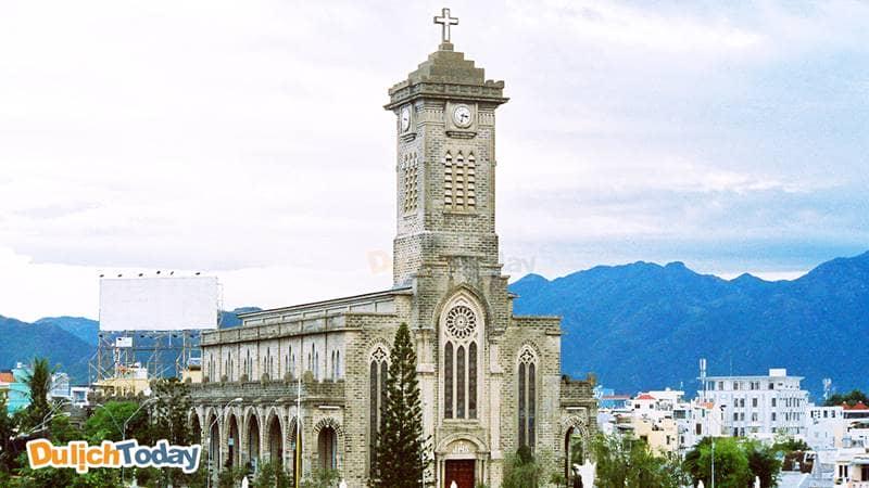 Nhà thờ Chánh Kito Vua được xây từ thời Pháp thuộc, nhìn từ xa như một lâu đài cổ La Mã