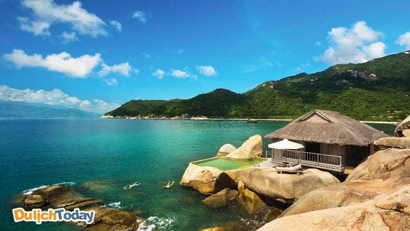 Vịnh Ninh Vân cách thành phố Nha Trang 60km chưa bị du lịch hóa, thiên nhiên biển đảo hoang sơ và yên bình