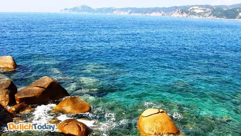 Nước biển trong vịnh sạch và trong màu ngọc bích