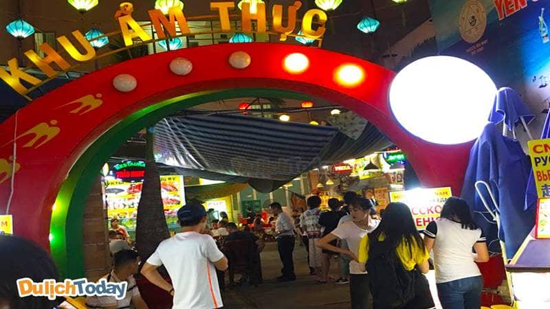 Khu ẩm thực chiếm một góc nhỏ của chợ đêm Nha Trang