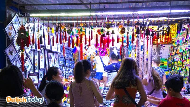 Du khách nên hỏi giá thật kỹ trước khi quyết định mua bất cứ một đồ gì ở chợ đêm Nha Trang