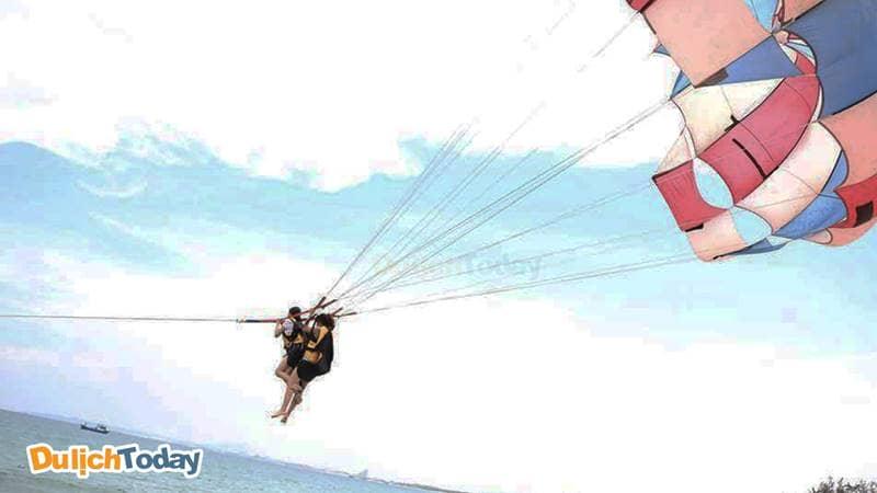 Trải nghiệm môn thể thao dù bay tại khu du lịch bãi Dài Cam Ranh Nha Trang