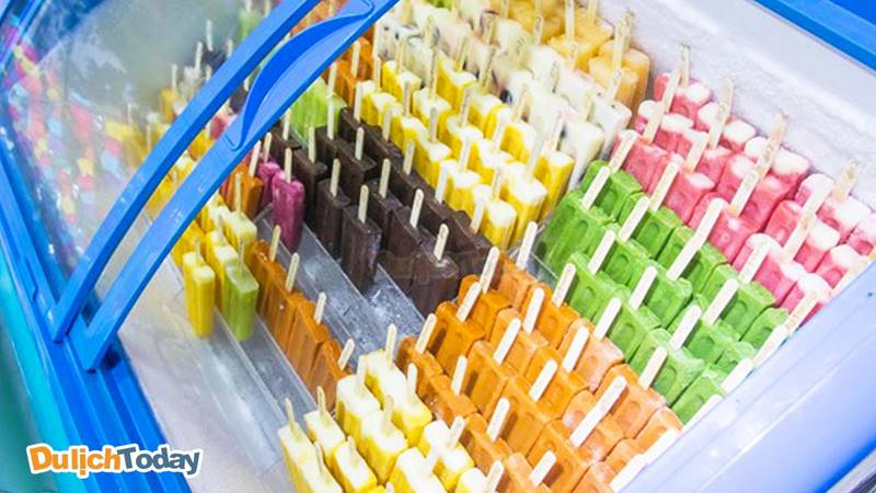 Những que kem đủ màu sắc sặc sỡ hấp dẫn khách hàng