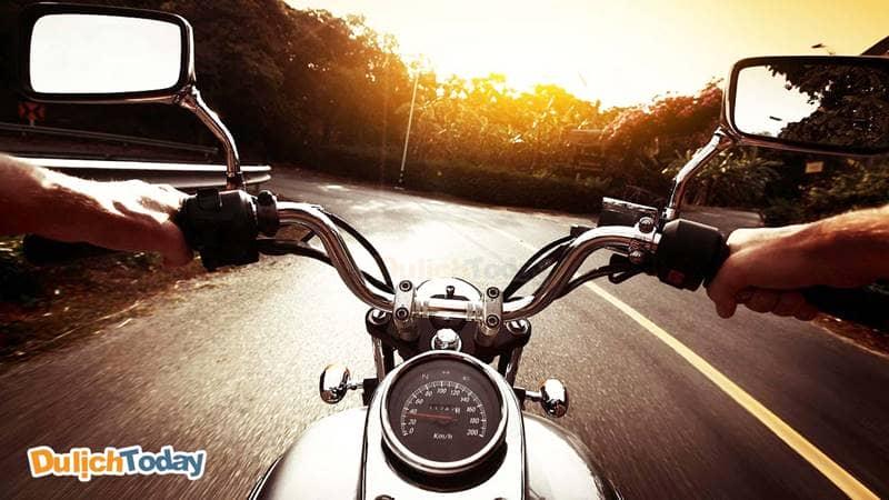 Du khách có thể lựa chọn đi xe máy từ Sài Gòn đến công viên Thỏ Trắng