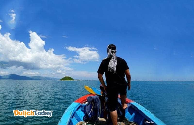 Du khách có thể lựa chọn phương tiện đi ra đảo bằng đò của ngư dân