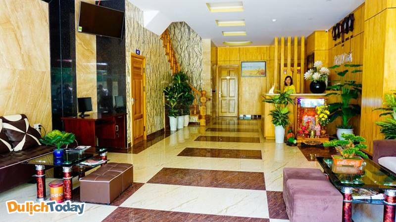 Nhân viên lễ tân sẽ giúp du khách checkin nhận phòng tại sảnh lớn
