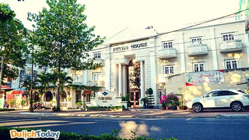 Petro House lấy tông màu trắng là chủ đạo, thiết kế theo phong cách phương Tây cầu kì sang trọng