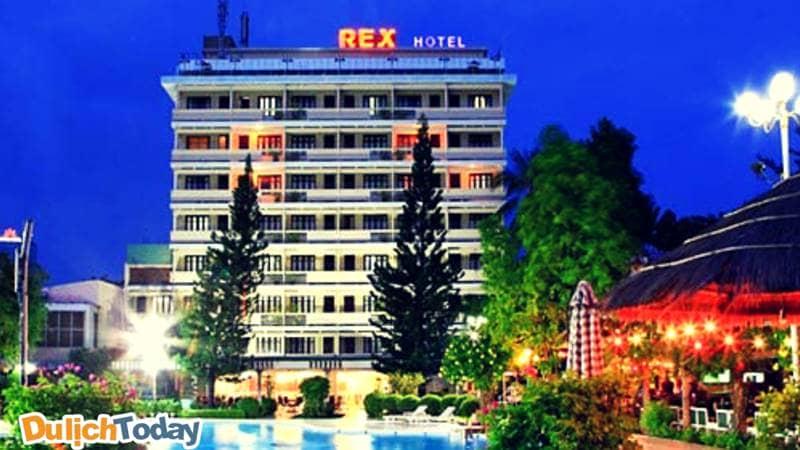 Rex hotel là khách sạn 3 sao Vũng Tàu tốt nhất với khuôn viên rộng: tòa nhà cao tầng sang trọng và bể bơi ngoài trời, quầy bar nhà hàng ngay sát
