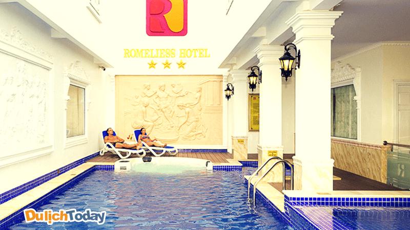 Bể bơi phục vụ du khách 24/7 tại Romeliess hotel