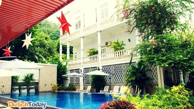 Bể bơi ngoài trời hiện đại thoải mái dành cho các du khách