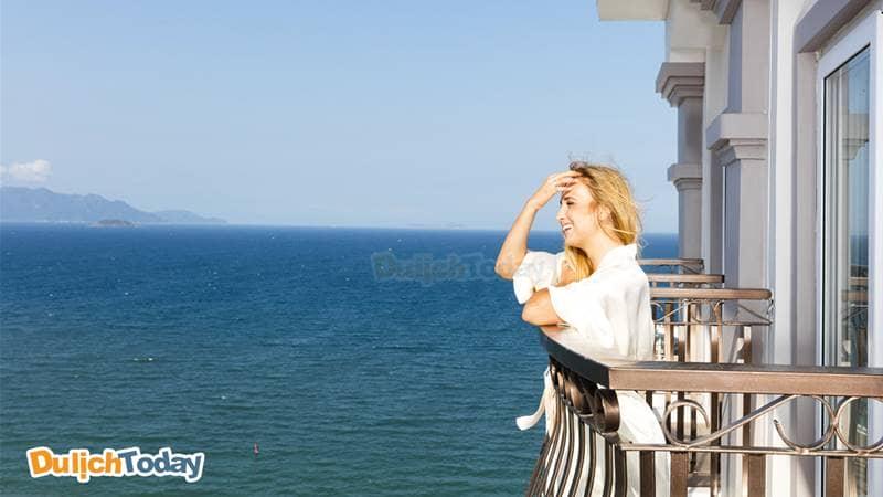 Ngắm cảnh biển Nha Trang tuyệt đẹp từ ban công phòng của Balcony