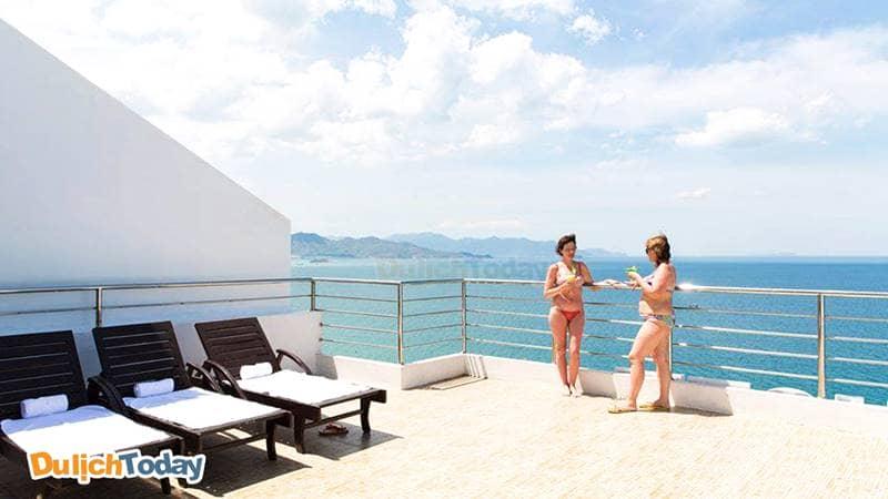Thưởng thức một ly coctail và ngắm cảnh biển từ sân thượng của Majestic